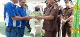 PWI Lingga Berikan Kue Bundar Di Hari HBA,Kajari Lingga