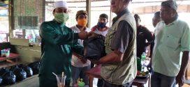Wabup Dan KNPI Lingga Bagikan  Sembako Pada Ojek Dan Buruh Pelabuhan