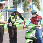 Personel Polres Lingga Bagikan Bendera Merah Putih